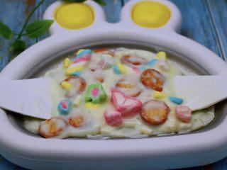 饼干棉花糖炒酸奶,这个时候就开始用两个铲子左右开弓的翻炒酸奶了,让饼干和彩色棉花糖都均匀的沾上酸奶哟,然后静止5分钟后,看见酸奶彻底凝固的时候