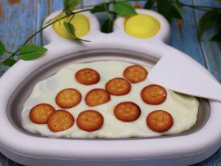 饼干棉花糖炒酸奶,把酸奶铺平以后,就可以把饼干一个个平铺在酸奶上面了,注意要有距离间隔哟,方便一会翻炒的时候,不容易碎