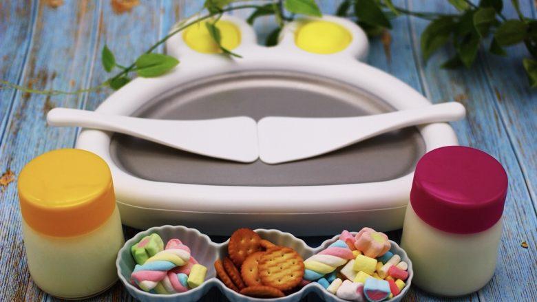 饼干棉花糖炒酸奶,首先准备好炒酸奶的机器、准备好从冰箱保鲜里拿出来的自制奶粉酸奶,再准备好彩色棉花糖和饼干,准备一台炒冰机,没有炒冰机的亲们可以用盘子做好后放入冰箱冷藏4个小时就可以吃了