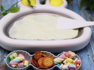 饼干棉花糖炒酸奶,炒冰机一定要提前放冰箱冷冻10个小时以上再使用,我平常不用的时候,就放到冰箱冷冻,用的时候拿出来用就可以了,特别方便,把冷冻好的炒冰机里倒入自制的酸奶,用铲子把酸奶整个铺平整以后