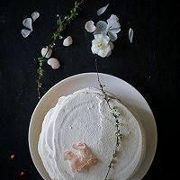 芳草青青柠威风蛋糕,将奶油有青柠汁一起打匀涂抹在之前做好的蛋糕上就好了。