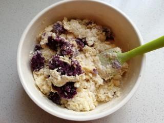 紫薯豆沙扭扭包,再加入蒸好的紫薯泥拌均匀,然后将材料倒入面包机桶内