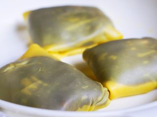 红豆芒果班戟-无黄油微波炉班戟皮,放入冰箱,一个小时