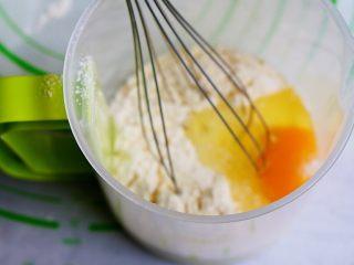红豆芒果班戟-无黄油微波炉班戟皮,所有食材都放进容器,不用计较顺序,放一起搅拌