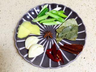 【私房菜】土匪猪脚煲,准备煲的用料,还有3小块冰糖,忘记拍了。