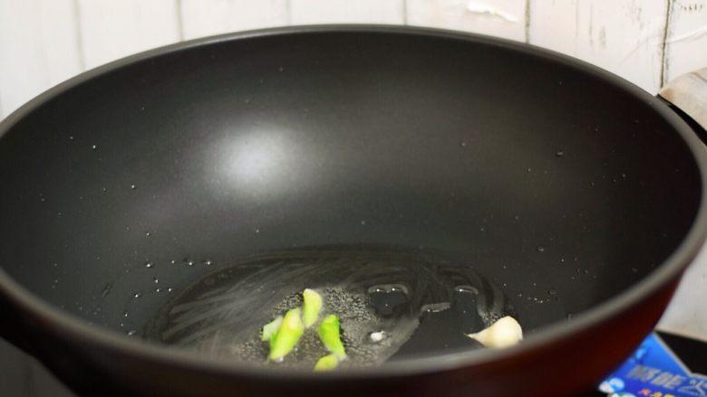 腐竹烧香菇,放入葱花爆香