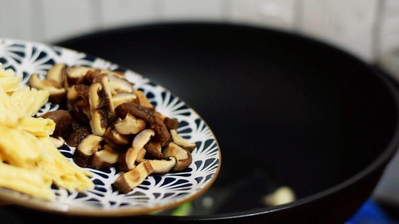 腐竹烧香菇,放入香菇翻炒一分钟