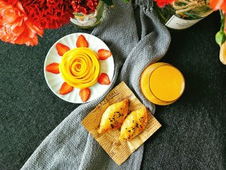 芒果酥,还配了一杯鲜榨橙汁,美美的下午茶搞定。
