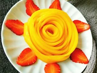 芒果酥,另外一半金煌芒做成了芒果花
