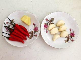 私房菜  密制酸辣鸡爪,把鲜姜削皮,蒜瓣和小米辣清洗干净