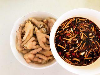 私房菜  密制酸辣鸡爪,在鸡爪中倒入调好的料汁