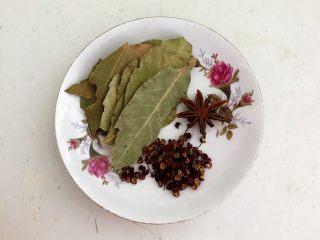 私房菜  密制酸辣鸡爪,准备煮鸡爪的辅料:香叶,八角和花椒粒