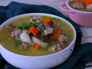 胡萝卜排骨山药汤,准备食材:山药2根     胡萝卜1根   姜片几片  葱段2段    葱花适量  盐4g