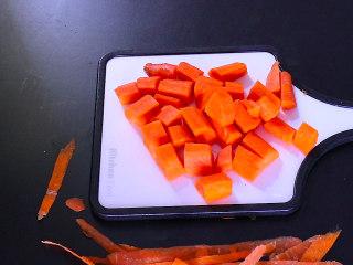 胡萝卜排骨山药汤,胡萝卜洗净后,去掉外皮,切成酷爱状备用...