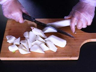 胡萝卜排骨山药汤,山药削皮切成滚刀块,削山药皮是一定要带手套...