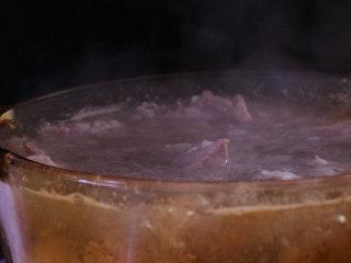 胡萝卜排骨山药汤,水开后大约再煮两分钟即可...