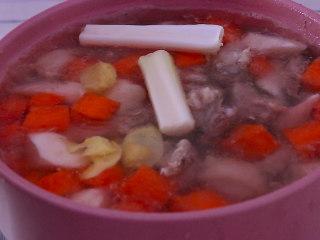 胡萝卜排骨山药汤,水开后放入大葱段和而姜片...