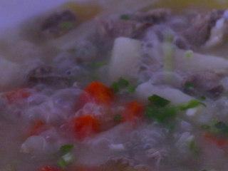 胡萝卜排骨山药汤,一小时后加入盐和葱花调味即可...
