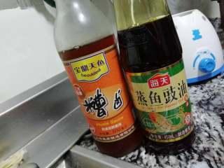香辣牛蛙,加入适量的糟卤和蒸鱼豉油。