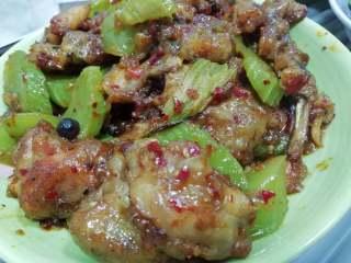 香辣牛蛙,收汁即可出锅食用。