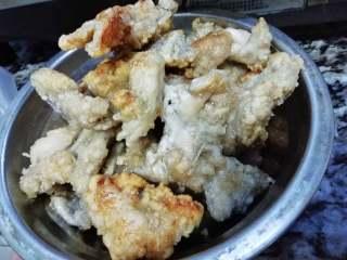 香辣牛蛙,中火多油,将蛙肉炸至发白后捞出。