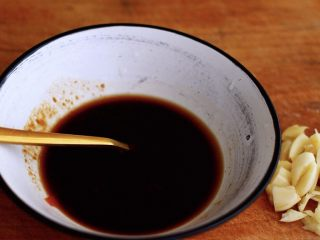 三汁焖鸡翅,用刀再把大蒜拍扁后切碎后;