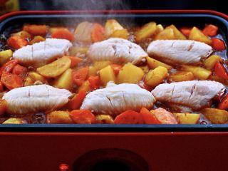 三汁焖鸡翅,这个时候再把腌制好的鸡翅均匀的码在美食锅里;