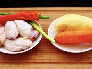 三汁焖鸡翅,首先把食材备齐