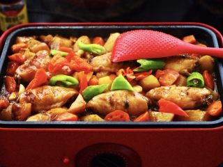 三汁焖鸡翅,放入青椒块和红尖椒块,用铲子翻炒一下即可关火了,因为这个时候放青椒和红椒,最大的程度上是保留了维生素C的不流失,而且颜值担当哟;