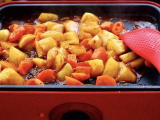 三汁焖鸡翅,翻炒片刻后、看到土豆和胡萝卜块变软