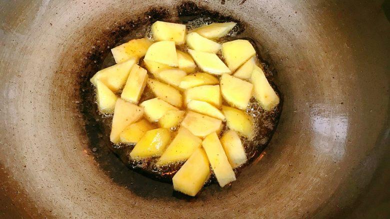 地三鲜,继续放入土豆。