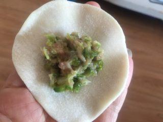 槐花馅饺子,将调制的的馅包在饺子皮里