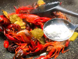 蒜泥小龙虾,放入1g盐