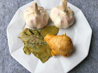 蒜泥小龙虾,蒜2个,香叶2g,生姜20g