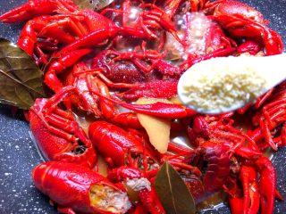蒜泥小龙虾,放入5g鸡精,翻炒均匀,继续再煮5分钟