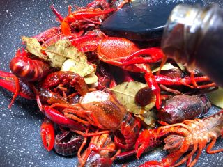 蒜泥小龙虾,放入8g蚝油,翻炒5分钟