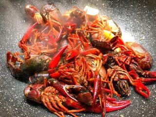 蒜泥小龙虾,放入小龙虾翻炒2分钟