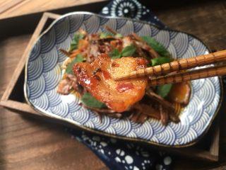干竹笋回锅肉,每一片肉片琥珀色,香酥软糯,不油腻。