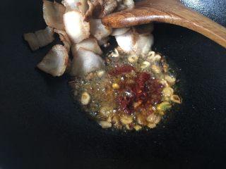 干竹笋回锅肉,加入郫县豆瓣、花椒粉、白糖炒香。