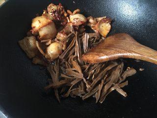干竹笋回锅肉,挂上调料、炒香后的肉片铲在一起边,留下热油炒竹笋。