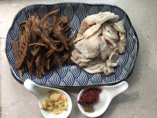 干竹笋回锅肉,提前准备所有食材竹笋、猪肉切成片、姜蒜片、郫县豆瓣、花椒粉、白糖等。