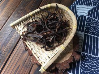 干竹笋回锅肉,这个黑黑的干竹笋别小看它的颜色不好看,其实是最好的自然烘干的嫩竹笋制成的,所以每根细又黑,这是30克的干竹笋。