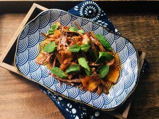 干竹笋回锅肉,盛盘后撒点薄荷叶装饰一下即可食用,趁热食用口感最佳。