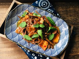 干竹笋回锅肉,其色香味俱全,是最好的下饭菜!