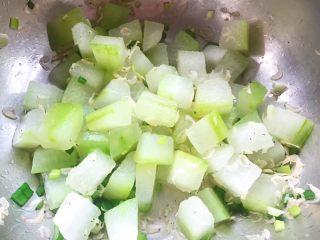 虾皮拌冬瓜,调味料拌匀入味即可享用