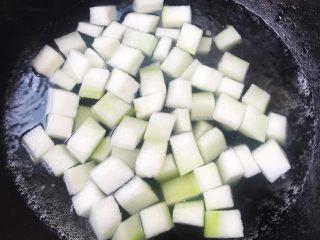 虾皮拌冬瓜,冬瓜去皮去瓤洗净切成小块锅中烧开水放适量盐将冬瓜焯水至半透明状