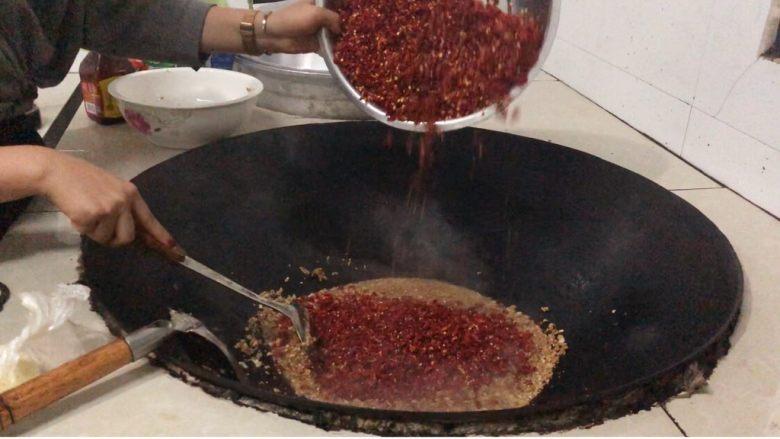 辣椒酱,萝卜干都炒好后放辣椒放盐,炒香炒干就可以了