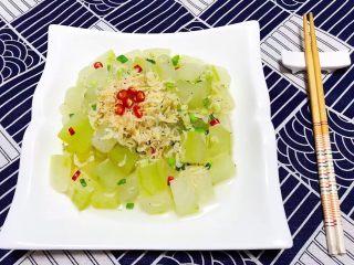 虾皮拌冬瓜,爽口的虾皮拌冬瓜装入盘中撒上红辣椒做点缀