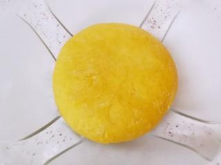 南瓜玫瑰花馒头,用手揉成面团,盖上保鲜膜发酵至两倍大。