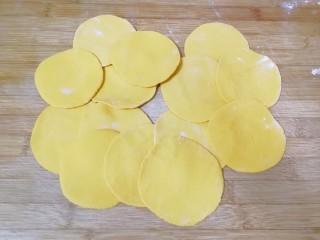 南瓜玫瑰花馒头,擀成圆形的面片。